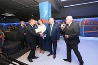 Starosta Waldemar Wysocki wraz wicestarostą Jerzym Trelą wręczają burmistrzowi pióro- by nigdy nie zabrakło mu długopisu przy podpisywaniu umów na realizację kolejnych inwestycji.