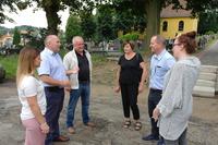 Burmistrz Marek Długozima spotkał się na cmentarzu z Marianem Przybylskim z trzebnickiej firmy Plast-Met, która wykona ogrodzenie.