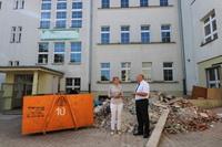 Postęp robót sprawdzał podczas narady technicznej na placu budowy burmistrz Marek Długozima, któremu towarzyszyła dyrektor Gimnazjum nr 1 Elżbieta Nowak.