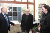 Prezes wrocławskiego oddziału Zwiazku Kompozytorów Polskich Rafal Augustyn (w środku) stwierdził, że pomysł koncertu na poddaszu trzebnickiego klasztoru to świetny pomysł