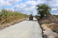 Na budowanej drodze trwają prace związane z zagęszczaniem podłoża. Kolejnym etapem będzie położenie asfaltu.