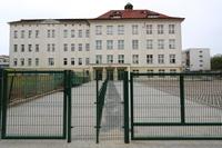 Przed szkołą wyrównano teren, pojawiło się nowe ogrodzenie i parking.  Wymieniono również kostkę, tak by zniwelować istniejące progi i inne bariery architektoniczne.