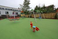 Kolorowy plac zabaw za chwilę zapełni się uczniami klas od 0 do 3.