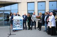 Burmistrz Marek Długozima wręczył Andrzejowi Trawińskiemu tablicę ze zdjęciami upamiętniającymi chwile ważne dla powstania fabryki. Od podpisania umowy na sprzedaż działki, poprzez wkopanie pierwszego szpadla, po pierwsze odbiory.
