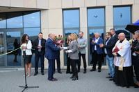 Burmistrz wręczył bukiet kwiatów żonie Andrzeja Trawińskiego Beacie Trawińskiej.