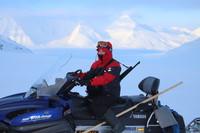Skutecznym środkiem transportu po lodowcu były skutery śnieżne.