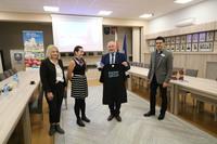 Burmistrz Marek Długozima otrzymał od Sabiny Kucięby pamiątkową koszulkę oraz kubek z XXXIX Wyprawy Polskiej Akademii Nauk.