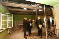 Inwestycje wizytował burmistrz Marek Długozima, towarzyszył mu kierownik budowy Andrzej Faraniec oraz Stanisław Koszałko z wydziału TI.