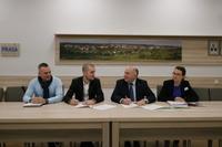 Podpisanie umowy na budowę świetlicy w Ligocie. Na zdj. od lewej: Daniel Kruszik z firmy DANMAR-BUD, prezes zarządu DANMAR-BUD Marek Michalak, burmistrz Marek Długozima oraz Monika Białas z wydziału techniczno-inewstycyjnego.