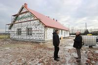 Na świetlicy w Księginicach, zamontowano już pokrycie dachu.