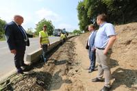 Powstaje ścieżka prowadząca do Sulisławic. NA zdj. burmistrz Marek Długozima z sekretarzem Danielem Buczakiem oraz Stanisławem Koszałko z Wydziału TI.