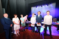 Galeria Śpiewające pożegnanie pierwszych absolwentów