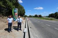 Nowa ścieżka będzie przestronna i bezpieczna. Inwestycję wizytował burmistrz Marek Długozima w towarzystwie sekretarza Daniela Buczaka.