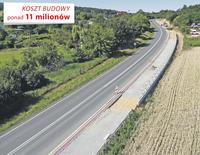 Dwukilometrowy odcinek będzie częścią większego projektu ścieżek rowerowych prowadzących po Gminie Trzebnica – szlakiem dawnej kolei wąskotorowej. Cały projekt wart jest ponad 11 milionów złotych. Znajdą się tam również ścieżki prowadzące do Będkowa, Księginic oraz ul. Wrocławską, ul. Armii Krajowej, wokół Stawów Trzebnickich, ul. 1 Maja, ul. Obrońców Pokoju, ul. Kolejową, nowo dodaną Aleją Zakochanych biegnącą po nasypie dawnej wąskotorówki, ul. Grunwaldzką, następnie fragmentem starej trasy kolei wąskotorowej do ul. Henryka Brodatego, ul. Piwniczną, ul. Milicką, łącznikiem ul. Siostry Hilgi Brzoski, ul. Prusicką oraz drogą w kierunku Nowego Dworu i Brzykowa do granicy z Gminą Prusice. Ze ścieżką prowadzącą do Sulisławic łączyć się będzie ta biegnąca ul. 3 Maja, ul. Wesołą, ul. Oleśnicką oraz ul. Czereśniową. Tymi wszystkimi odcinkami pojedziemy jeszcze w tym roku, podobnie jak ścieżką z Trzebnicy do Ujeźdźca Wielkiego, która powstaje w sąsiedztwie remontowanej obecnie drogi. Łącznie daje to ponad 25 kilometrów dróg rowerowych. Dodatkowo powstanie dworzec autobusowy w sąsiedztwie dworca kolejowego oraz 143 nowe miejsca parkingowe.