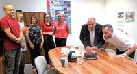 Siódme urodziny nie obyły się bez urodzinowego tortu. Świeczki zdmuchnęli burmistrz Marek Długozima i prezes Gminnego Parku Wodnego Łukasz Zielonka.