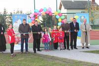 Uroczysty moment otwarcia boiska wielofunkcyjnego, które powstało w Brzykowie w 2014 roku.